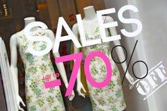 Aufkleber VERKÄUFE -70% auf einem Schaufenster, Mailand Stockbild