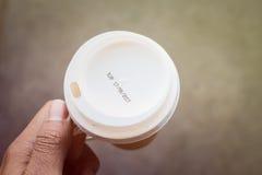 Aufkleberverfall auf Kaffeetasse Stockfotografie
