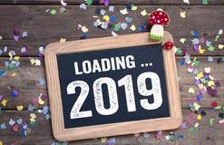 Aufkleberzeichen und -tafel mit guten Rutsch ins Neue Jahr-Sylvesterabenden mit 2019 und Shamrock lizenzfreie stockfotografie