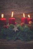 Aufkommen Wreath mit brennenden Kerzen Stockfoto