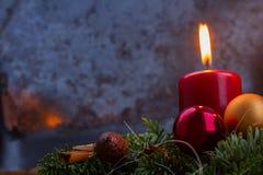 Aufkommen Wreath mit brennenden Kerzen Stockbild