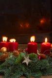 Aufkommen Wreath mit brennenden Kerzen Lizenzfreie Stockbilder