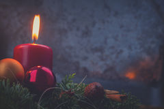 Aufkommen Wreath mit brennenden Kerzen Stockfotografie