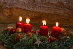 Aufkommen Wreath mit brennenden Kerzen Lizenzfreies Stockbild