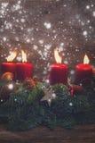 Aufkommen Wreath mit brennenden Kerzen Lizenzfreie Stockfotos