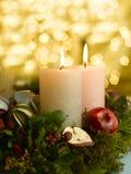 Aufkommen Wreath mit einer beleuchteten Kerze Stockfoto