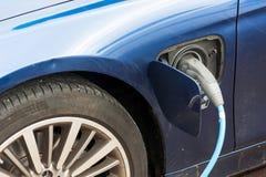 Aufladende blaue elektrische Autonahaufnahme Stockfoto
