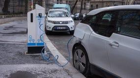 Aufladende moderne Elektroautos auf der Straßenstation in Budapest lizenzfreie stockfotografie
