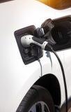 Aufladendes elektrisches Auto Lizenzfreie Stockfotografie