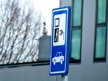 Aufladenzeichen des elektrischen Autos netherlands stockbilder