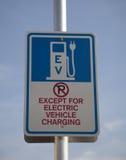 Aufladenzeichen des elektrischen Fahrzeugs Lizenzfreie Stockfotos