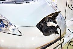 Aufladung eines Elektroautos lizenzfreies stockfoto