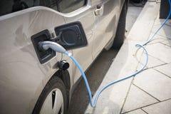 Aufladung eines Elektroautos stockfoto