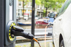 Aufladung eines Elektroautos stockbild