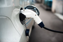 Aufladung eines Elektroautos mit dem Stromkabel stockfoto