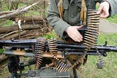 Aufladung eines Maschinengewehrs stockfotos
