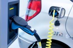 Aufladung eines steckbaren hybriden Autos Stockfotografie