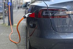 Aufladung Tesla-Modells S lizenzfreie stockfotos