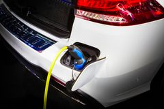 Aufladungsenergie des Elektroautos in der Station stockfotografie