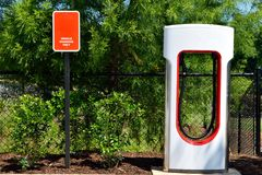 Aufladungsmitte des hybriden Elektroautos Lizenzfreie Stockfotografie