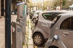Aufladungspunkt für Bluecar-Mietelektroauto stockbilder