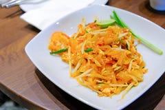 Auflage thailändisches Goong belegen Fried Rice Sticks mit Garnele, gebratene thailändische Art der Nudel mit Rasen lizenzfreies stockfoto