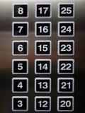 Auflagen der quadratischen Zahl auf Aufzug mit der Aluminiumstahlunschärfe reflektierend stockbilder