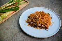 Auflagen-Thailänder briet kleine Reisnudeln der thailändischen Art mit Schweinefleisch an lizenzfreies stockbild