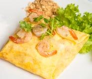 Auflagen-thailändische Nudeln gebraten in den Ei-Verpackungen Lizenzfreie Stockbilder