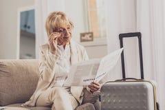 Aufmerksame ältere Frauenlesezeitung lizenzfreies stockbild