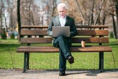 Aufmerksame ältere Geschäftsmannlese-E-Mail stockfotos