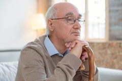 Aufmerksame Gefühlstraurigkeit des älteren Mannes Stockfoto