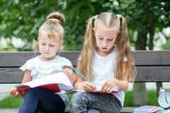 Aufmerksame Kinder zeichnen in den Schulhof Das Konzept der Schule, Studie, Bildung, Freundschaft, Kindheit lizenzfreies stockfoto