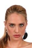 Aufmerksamer Blick der schönen blonden Frau mit grauen Augen - portra Lizenzfreies Stockfoto