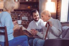 Aufmerksamer freiwilliger schauender alter Mann stockfotos