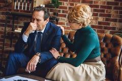 Aufmerksamer weiblicher Berater, der Hand auf Schulter des Patienten setzt Stockbilder