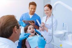 Aufmerksamer Zahnarzt, der schlechten Zahn behandelt Stockbild