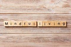 Aufmerksames lebendes Wort geschrieben auf hölzernen Block aufmerksamer lebender Text auf Tabelle, Konzept Stockfotografie