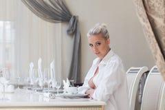 Aufmerksames schönes Mädchen, das im Restaurant aufwirft Stockfotografie