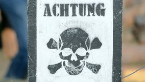 Aufmerksamkeit - Bergwerke! Warnung auf Holzoberfläche, stock footage