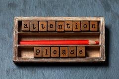 Aufmerksamkeit bitte Warnende Anmerkung und Retrostilvorsichtfahnenkonzept Weinlesekasten, hölzerne Würfel mit im altem Stil Buch Lizenzfreie Stockfotografie