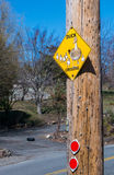 Aufmerksamkeit! Entenüberfahrt-Verkehrsschild Stockfotos