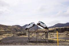 Aufmerksamkeit, erhöhtes Unfallrisiko Zwei Unfallautos auf dem Straßenrand stockfotografie
