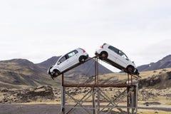 Aufmerksamkeit, erhöhtes Unfallrisiko Zwei Unfallautos auf dem Straßenrand lizenzfreie stockfotos
