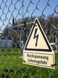 Aufmerksamkeit! Hochspannung! Todesfallrisiko! auf Deutsch lizenzfreies stockbild