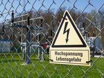 Aufmerksamkeit! Hochspannung! Todesfallrisiko! auf Deutsch stockbilder