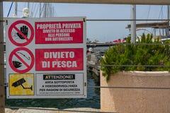 Aufmerksamkeit unterzeichnet herein Cagliari-Hafen lizenzfreie stockfotos