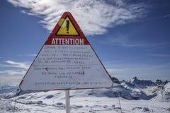 Aufmerksamkeit unterzeichnet herein die Berge stockbilder