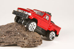 Aufnahme Ford-4x4, die einen Felsen steigt Stockfotos