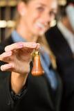 Aufnahme im Hotel - Frau mit Taste Lizenzfreie Stockfotos